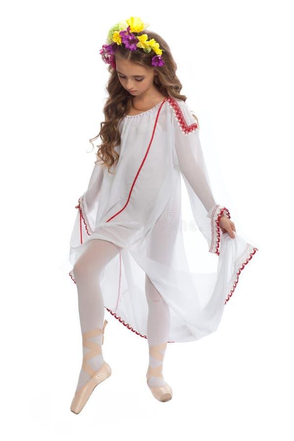 Маленькая девочка в ботинках балета и длиной белом платье стоковые фотографии rf