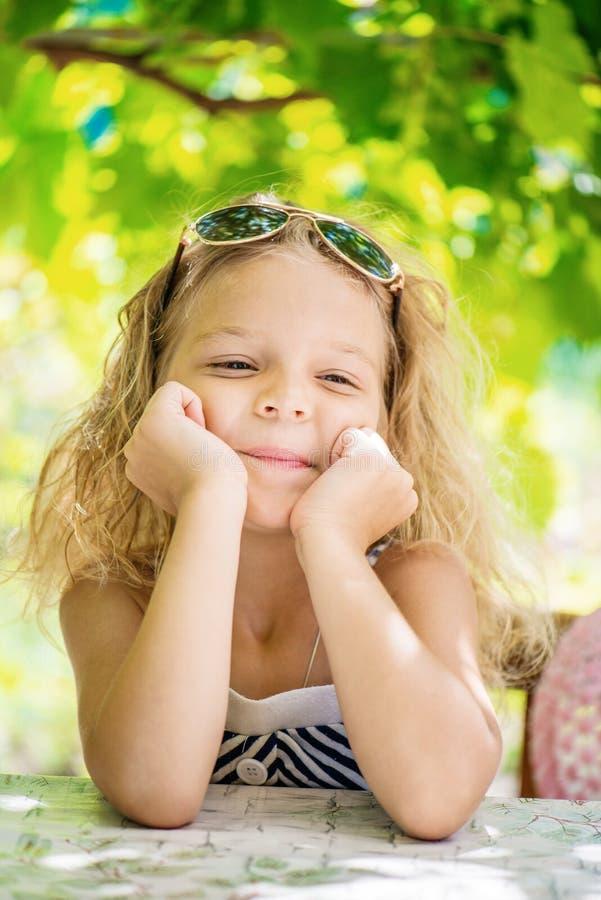 Маленькая девочка в зеленом парке города лета стоковое изображение rf