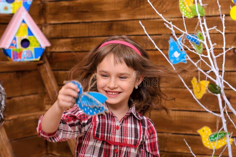 Маленькая девочка в интерьере весеннего времени стоковое фото rf