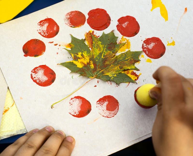 Маленькая девочка в красивом needlework, краска на холсте стоковое изображение rf