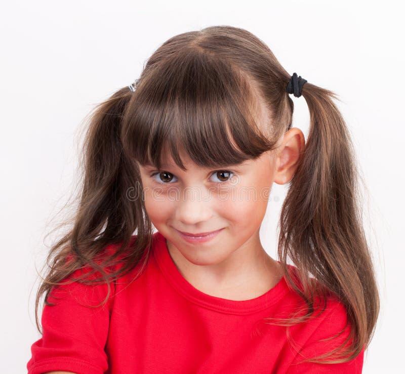 Маленькая девочка в красной футболке стоковая фотография rf