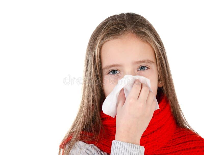 Маленькая девочка в красном шарфе дуя ее нос стоковая фотография rf