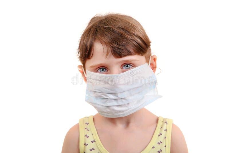 Маленькая девочка в маске гриппа стоковые изображения rf
