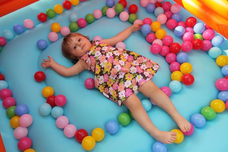 Маленькая девочка в надувном замке стоковая фотография rf