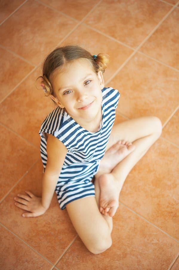Маленькая девочка в положении лотоса стоковые фотографии rf