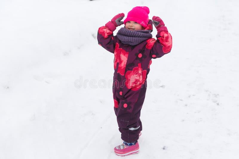 Маленькая девочка в прозодеждах зимы стоковая фотография rf