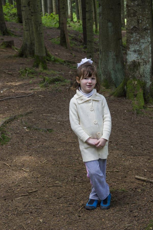 Маленькая девочка в пуще стоковые фотографии rf