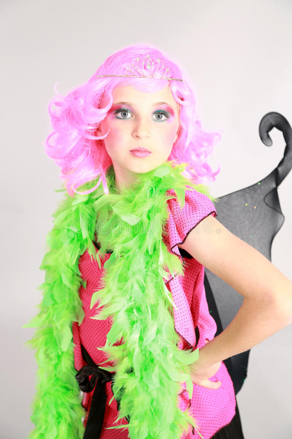 Маленькая девочка в розовых парике и тиаре стоковые фото