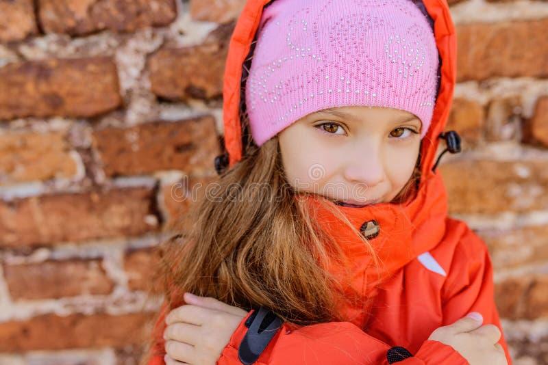 Маленькая девочка в розовых шлеме и куртке стоковые фотографии rf