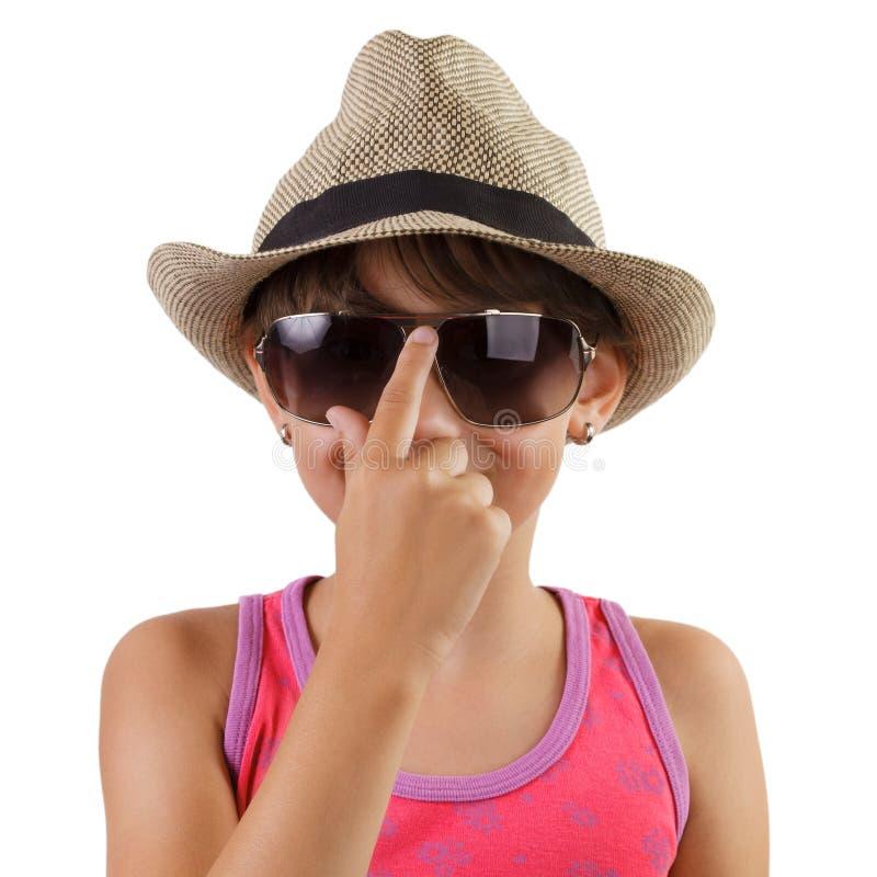 Маленькая девочка в соломенной шляпе и солнечных очках стоковая фотография