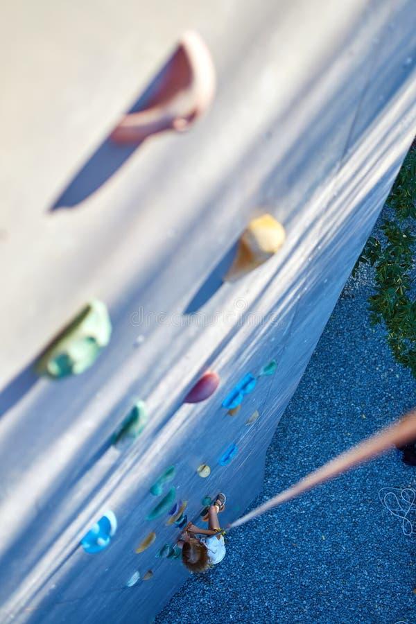 Маленькая девочка в спортзале скалолазания стоковая фотография rf