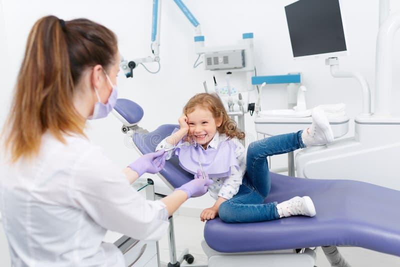 Маленькая девочка в стуле дантиста стоковое фото rf