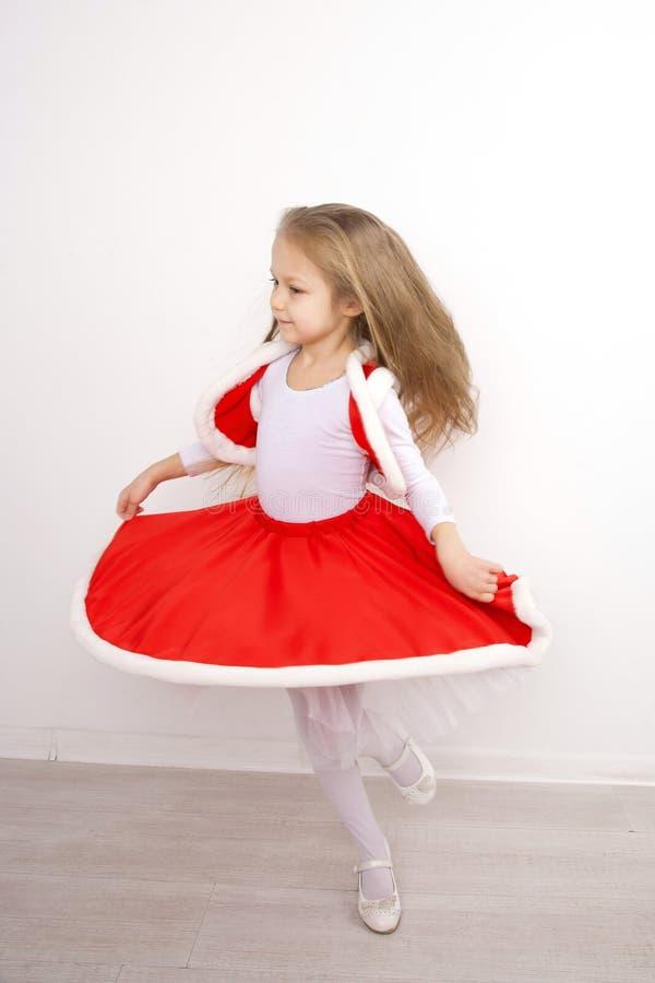 Маленькая девочка в танцах платья рождества стоковое изображение rf
