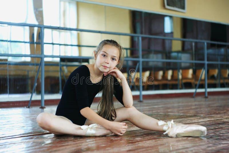 Маленькая девочка в танц-классе стоковое фото rf