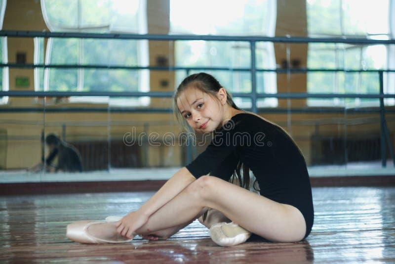 Маленькая девочка в танц-классе стоковые фото