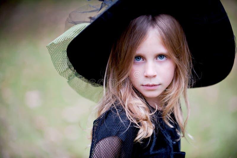 Маленькая девочка в шляпе ведьмы стоковое фото