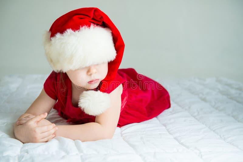 Маленькая девочка в шляпе Санте стоковое изображение rf
