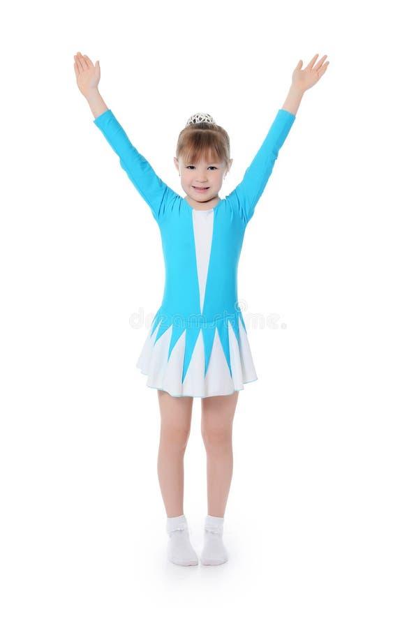 Маленькая девочка гимнаст работает стоковые изображения rf