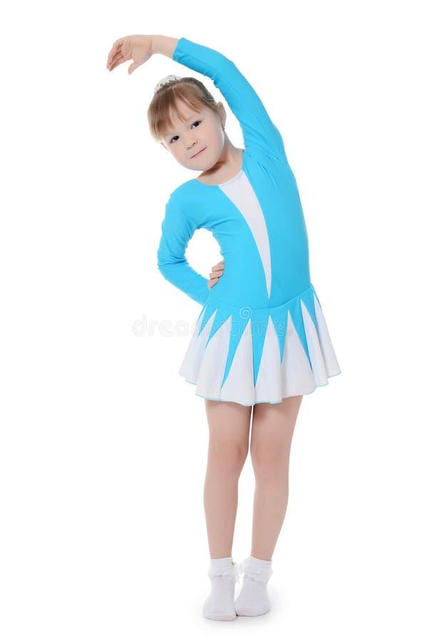Маленькая девочка гимнаст работает стоковая фотография rf