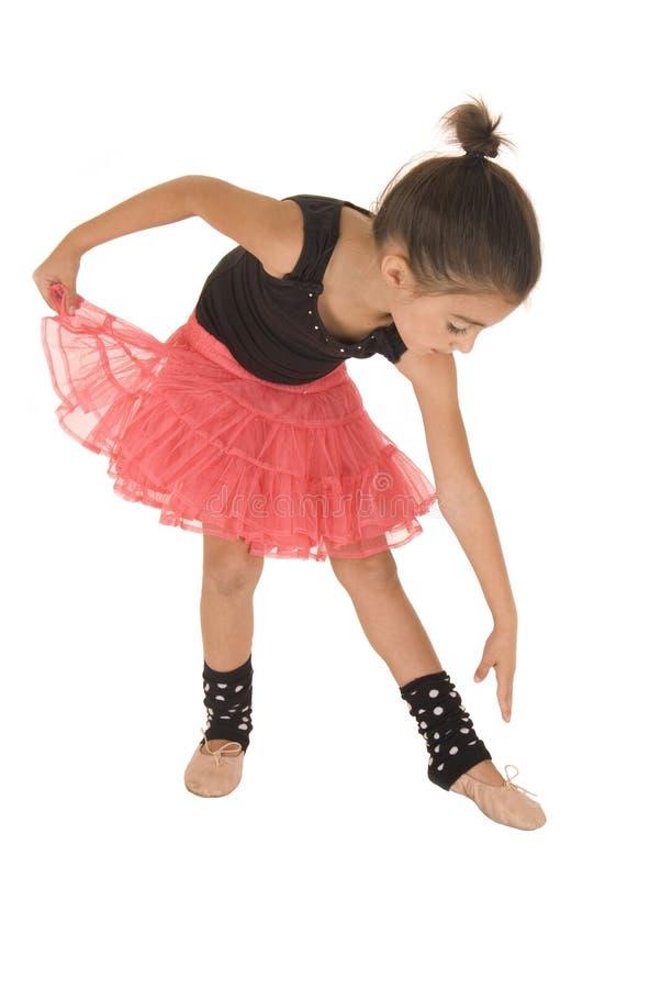Маленькая девочка гнуть над достижением для того чтобы касаться ее пальцам ноги стоковые изображения rf