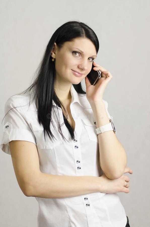 Маленькая девочка говоря на телефоне стоковое фото rf
