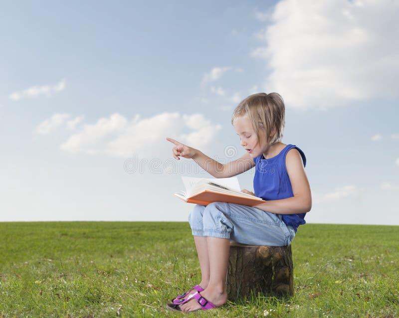 Маленькая девочка говоря рассказ, outdoors стоковая фотография rf