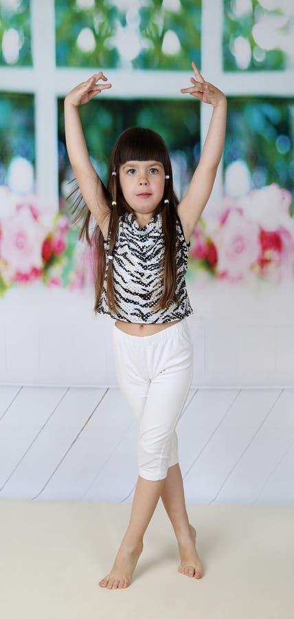 Маленькая девочка готова станцевать стоковая фотография