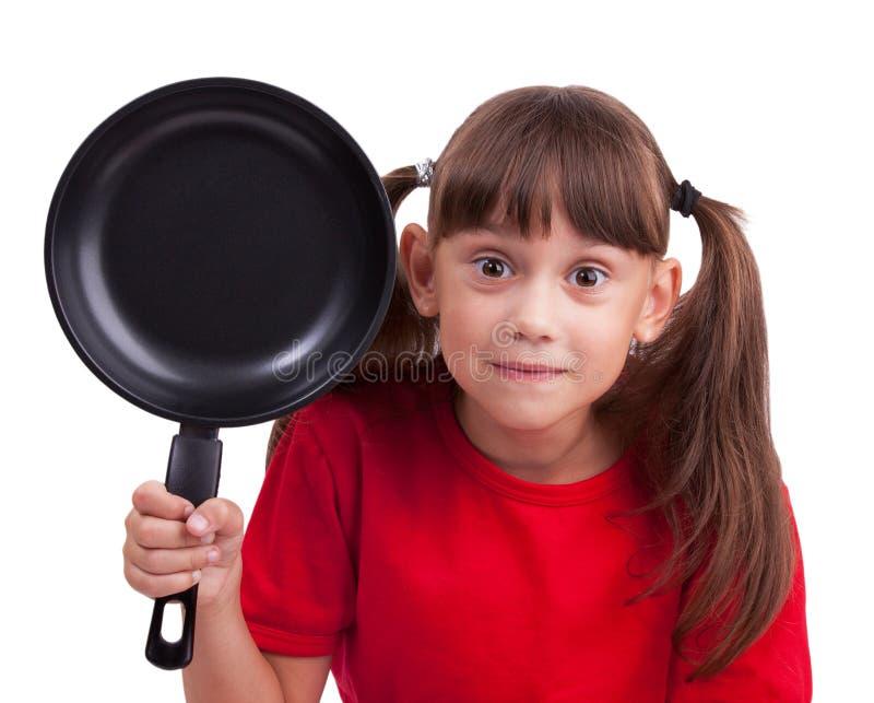 Маленькая девочка держа сковороду стоковая фотография rf