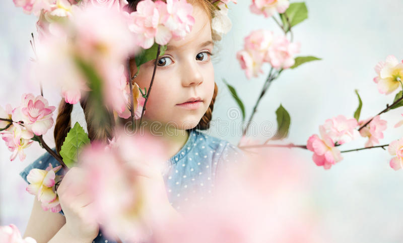 Маленькая девочка держа ветвь стоковая фотография rf