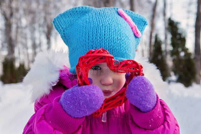Маленькая девочка держа в их дне ` s валентинки тем сердец рук, дне зимы на улице в парке стоковые изображения rf