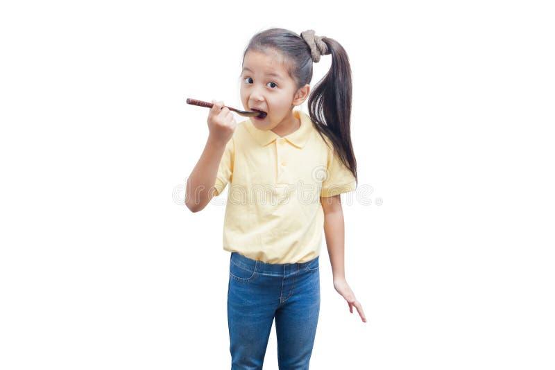 Маленькая девочка держа деревянную ложку стоковая фотография rf