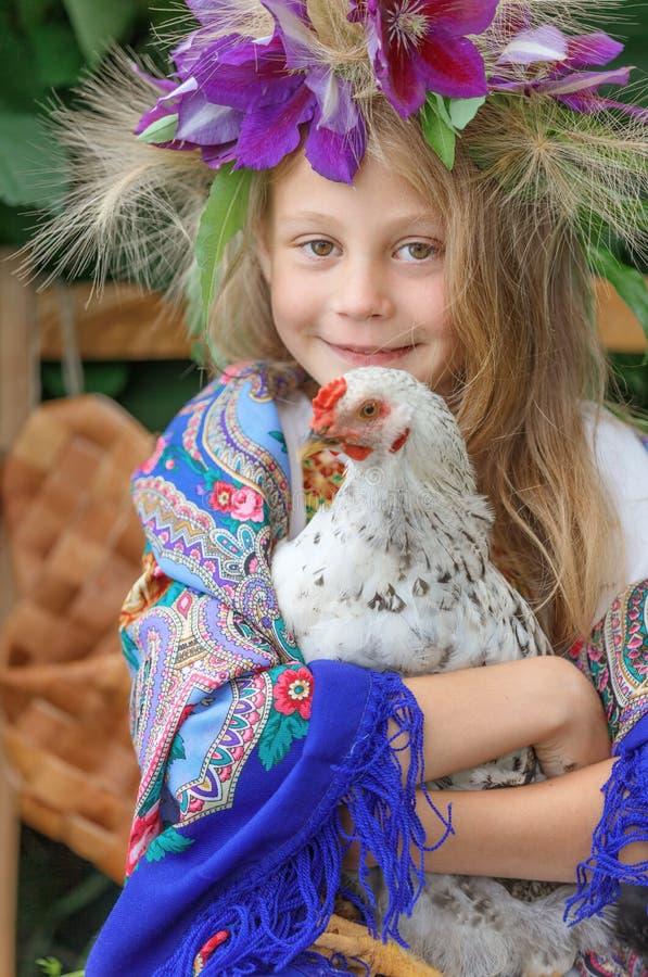 Маленькая девочка держа кран на зеленой предпосылке стоковое изображение