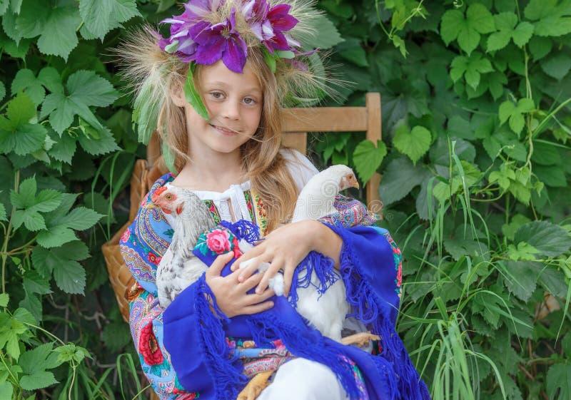 Маленькая девочка держа кран на зеленой предпосылке стоковое изображение rf