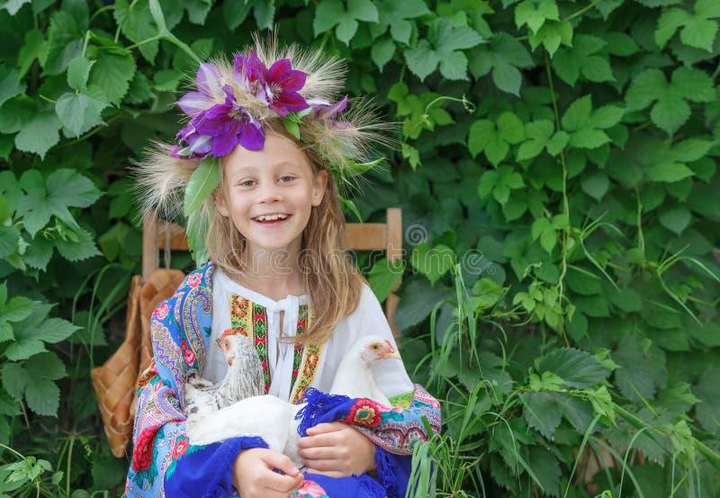Маленькая девочка держа кран на зеленой предпосылке стоковая фотография