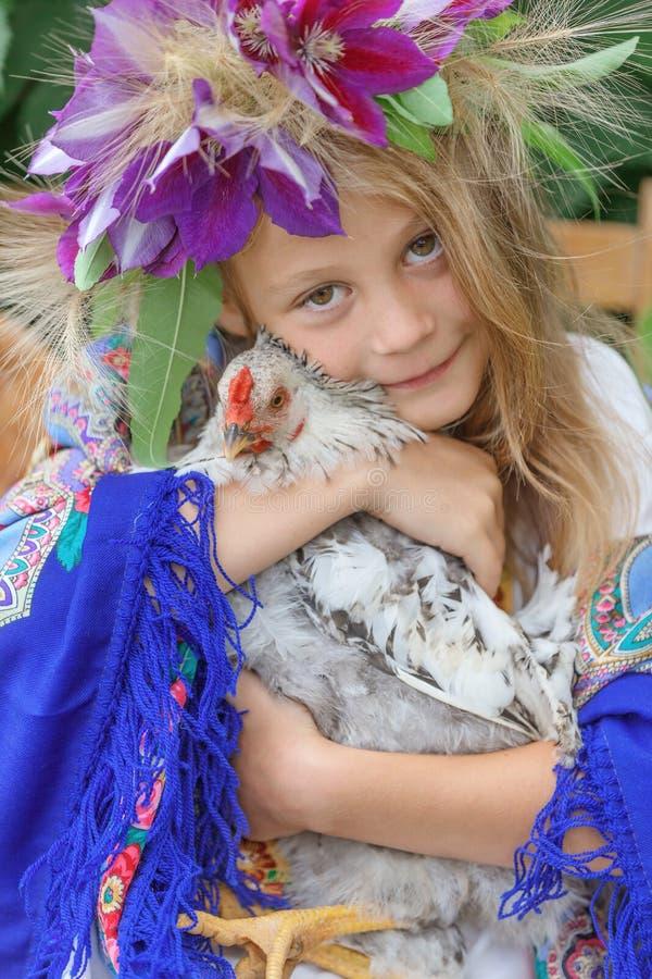 Маленькая девочка держа кран на зеленой предпосылке стоковое фото