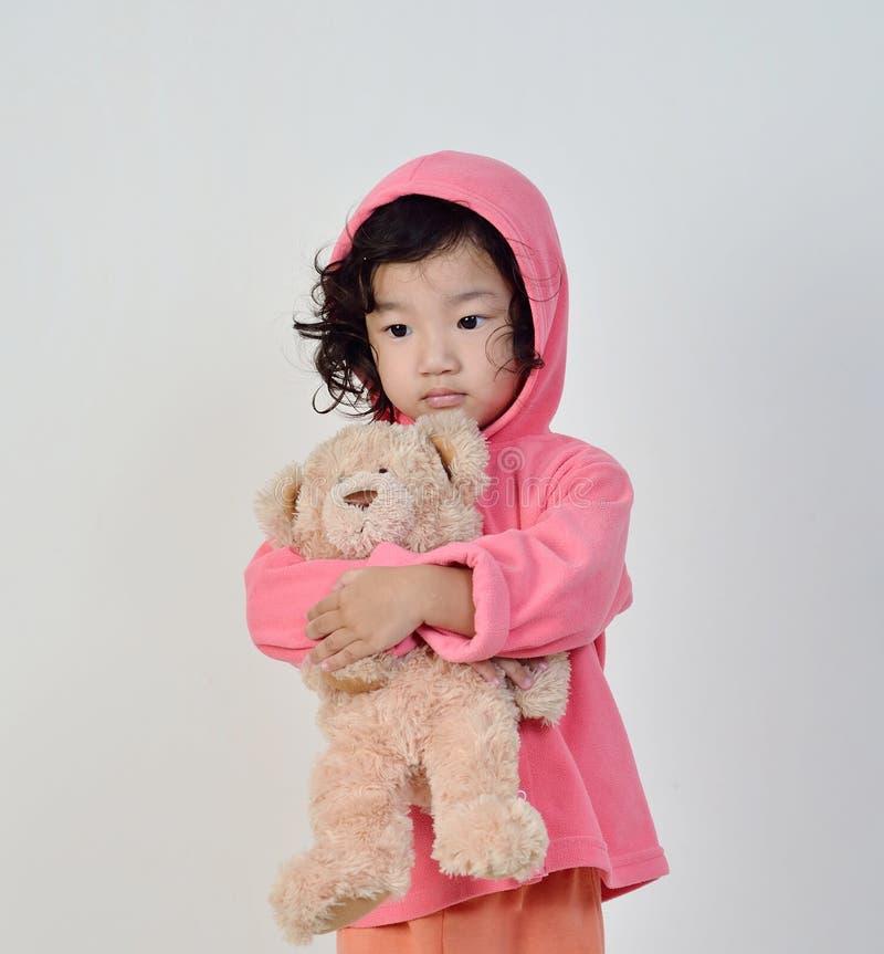 Маленькая девочка держа медведя стоковое фото