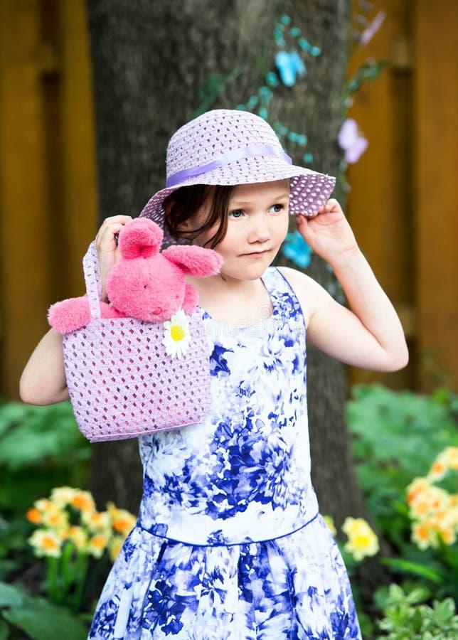 Маленькая девочка держа сумку с зайчиком пасхи стоковые фото