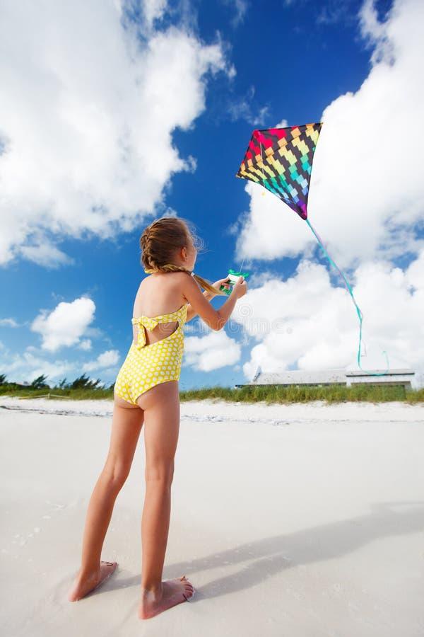 Маленькая девочка летая змей стоковое изображение