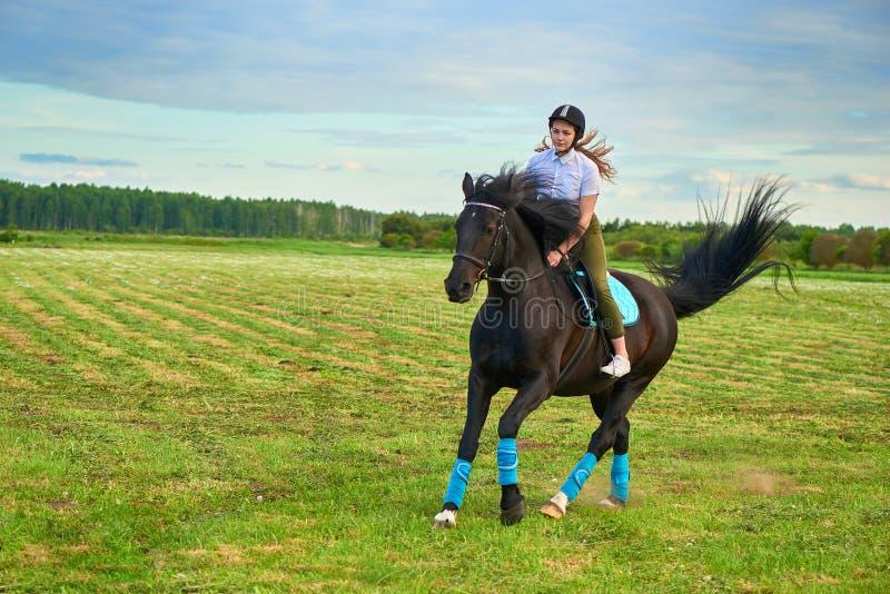 Маленькая девочка ехать лошадь через страну стоковые фотографии rf