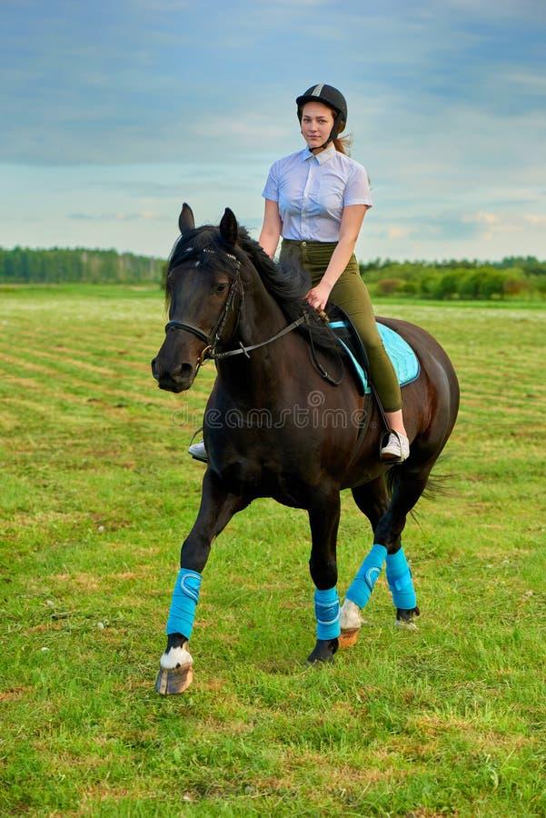 Маленькая девочка ехать лошадь через страну стоковая фотография
