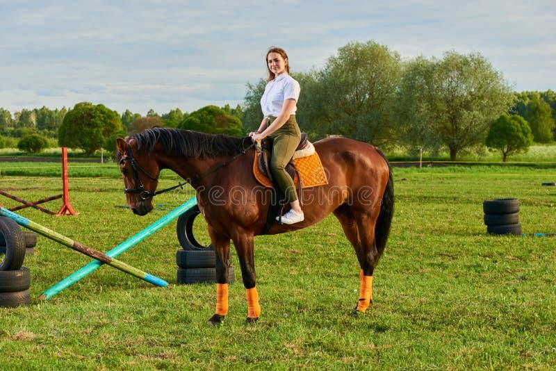 Маленькая девочка ехать лошадь через страну стоковые изображения