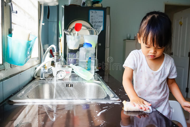 Download Маленькая девочка делает домашнее хозяйство Стоковое Фото - изображение насчитывающей запиток, женщина: 41658078