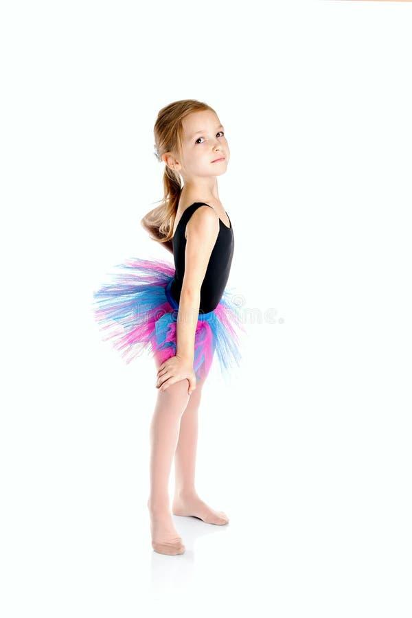 Маленькая девочка делая гимнастические тренировки на циновке йоги делать fitne стоковые фото
