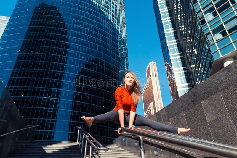 Маленькая девочка делая йогу outdoors в городе стоковые изображения rf
