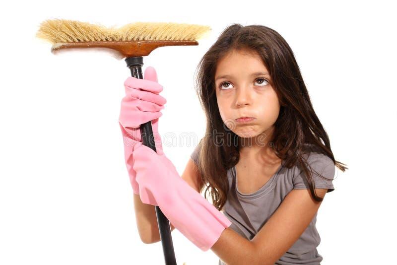 Маленькая девочка делая домашнее хозяйство стоковые изображения