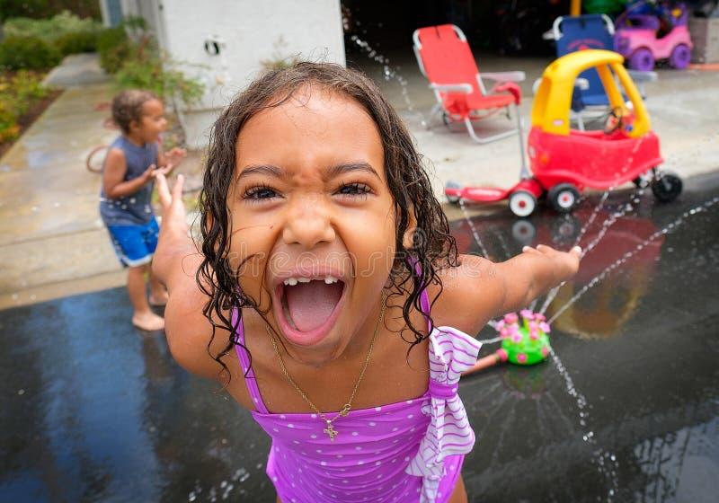 Маленькая девочка делая смешную сторону пока играющ стоковые изображения rf