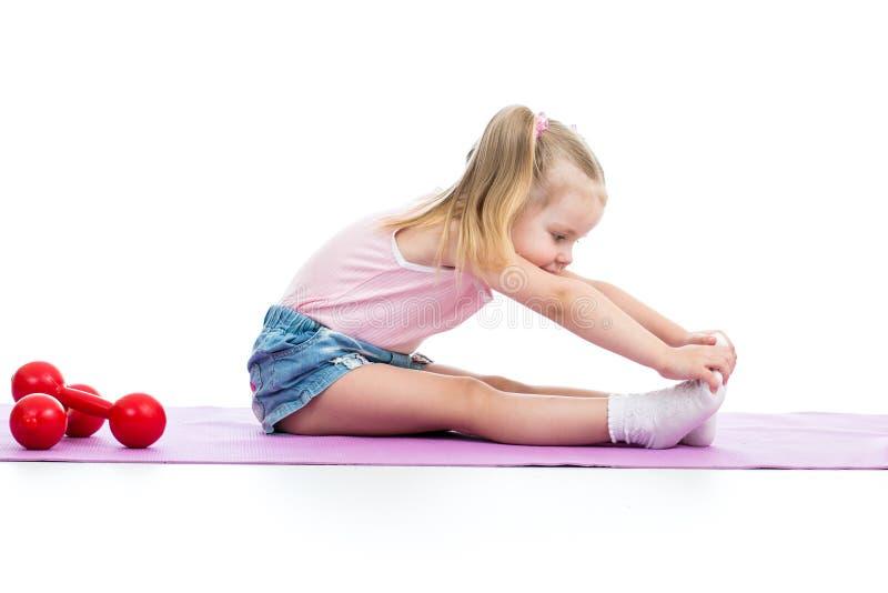 Девушка ребенка делая тренировки пригодности стоковые фотографии rf