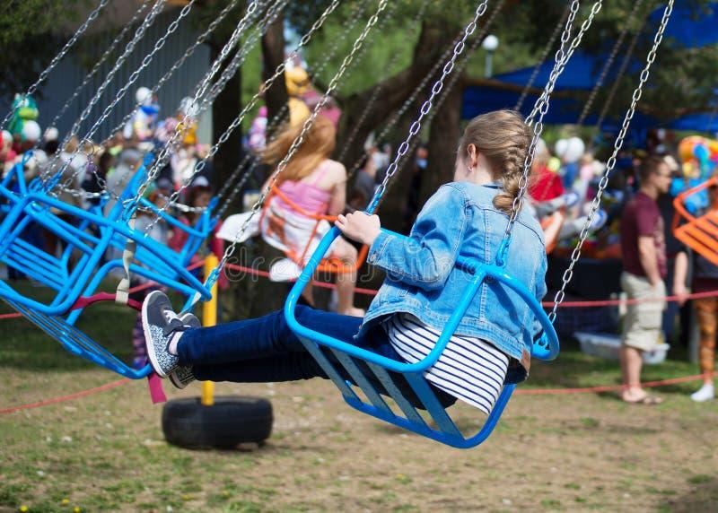 Маленькая девочка едет carousel стоковая фотография