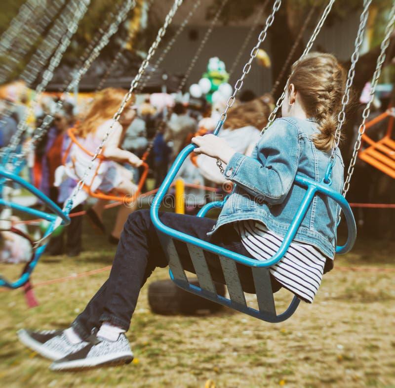 Маленькая девочка едет carousel стоковая фотография rf