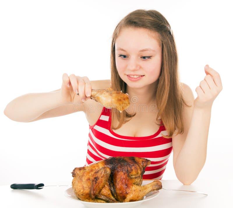Маленькая девочка жадно ест часть цыпленка стоковое изображение rf